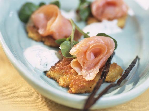 Couscous-Vanille-Pflänzchen mit geräuchertem Lachs und Kressesoße