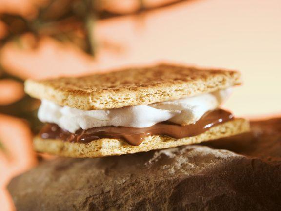 Cracker mit Marhsmallows und Schokolade