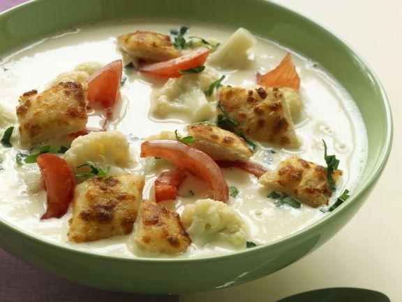 Cremige Blumenkohlsuppe mit Tomaten und Croutons