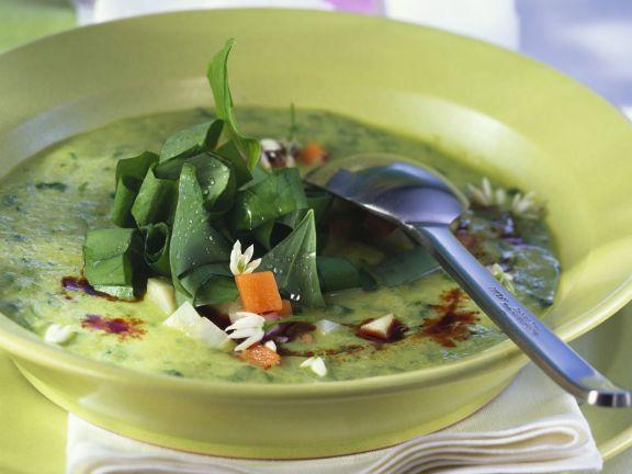 Cremige Gemüsesuppe mit Kürbiskernöl und Bärlauch