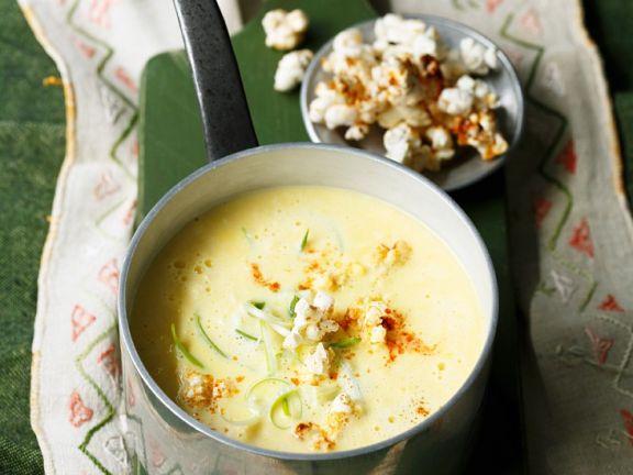 Cremige Käse-Mais-Suppe mit feurigem Popcorn