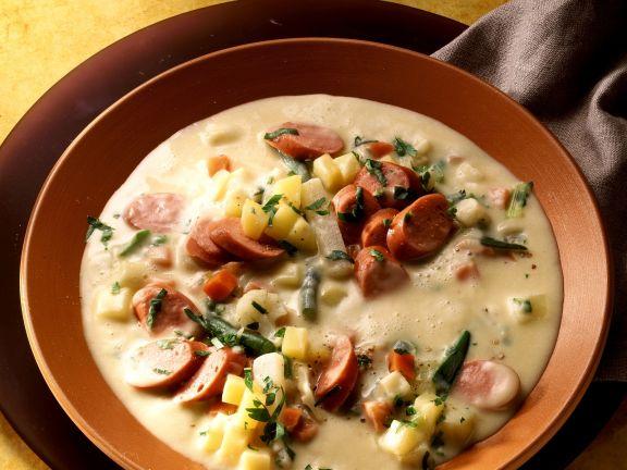 Cremige Kartoffelsuppe mit Wurst und Gemüse