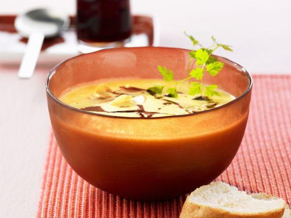 Cremige Kürbissuppe mit Mandeln