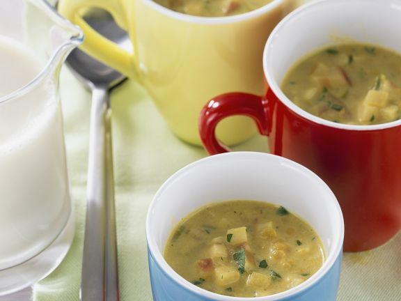 Cremige Linsensuppe mit Curry und Sojamilch