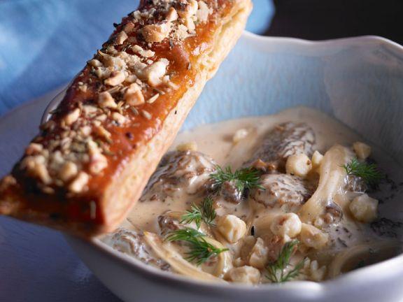 Cremige Morchelsuppe mit Nussstange