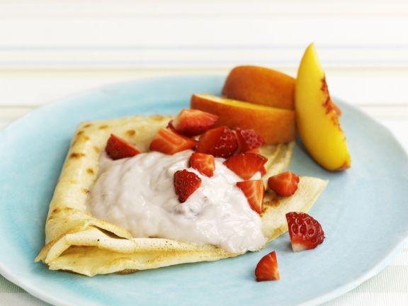 Crêpe mit Obst und Joghurt