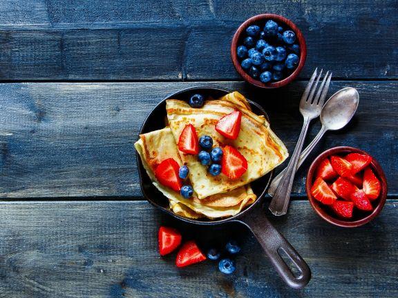 Crêpes mit Blaubeeren und Erdbeeren