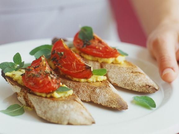Crostini mit Bohnenpaste und Tomate