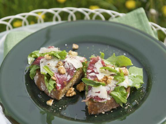 Crostini mit Rinderfleisch-Carpaccio, Avocado und Walnusskernen