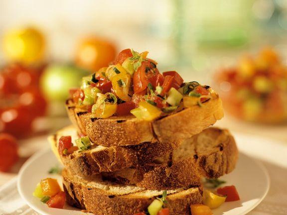 Crostini mit Tomaten und Basilikum
