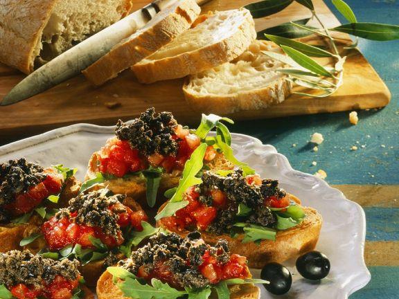 Crostini mit Tomaten und Tapenade