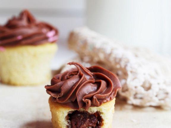 Cupcake mit Schokofüllung und Schokotopping