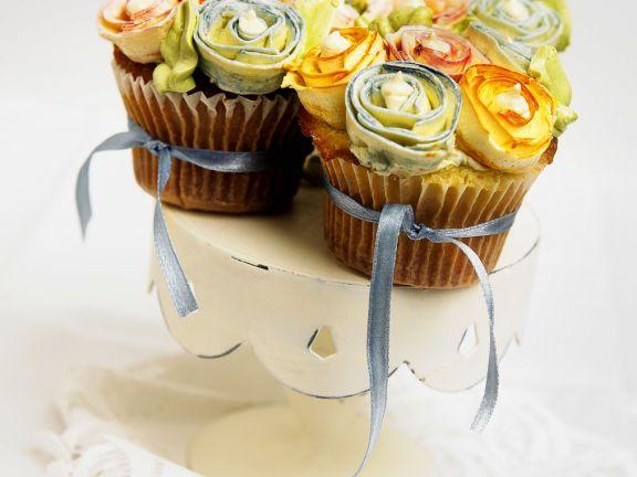Cupcakes mit Blumendeko und Schleifen