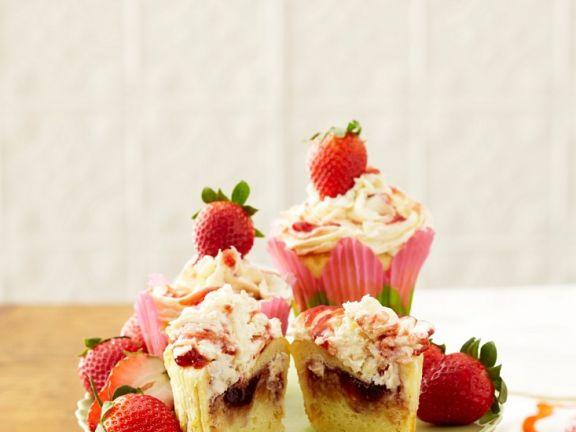 Cupcakes mit Erdbeerfüllung und Erdbeercreme