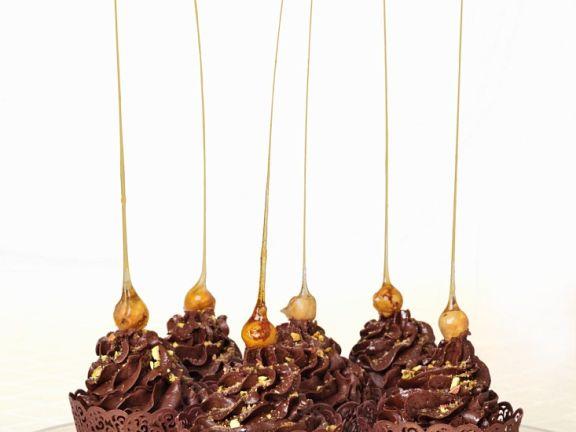 Cupcakes mit Schokolade und Karamell