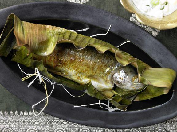 Curry-Forelle im Bananenblatt