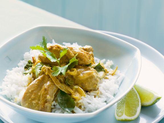 Curry mit Hähnchen dazu Reisbeilage