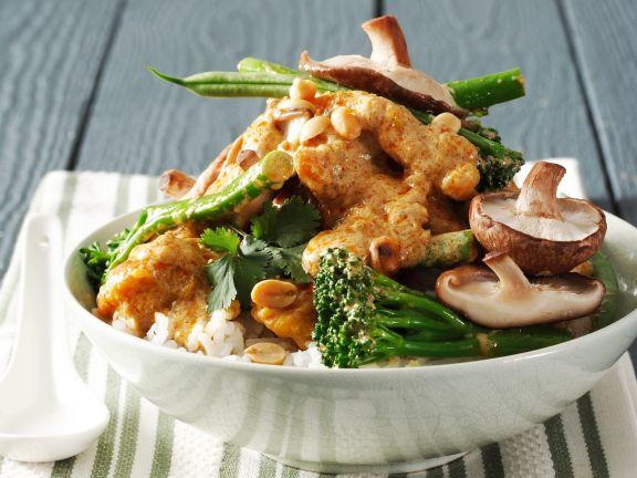 Curry mit Shiitake, Broccoli, Erdnüssen und Geflügelfleisch