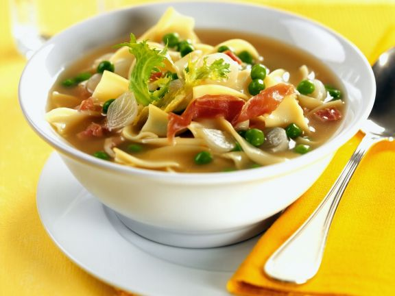 Deftige Gemüsesuppe mit italienischem Schinken und Nudeln