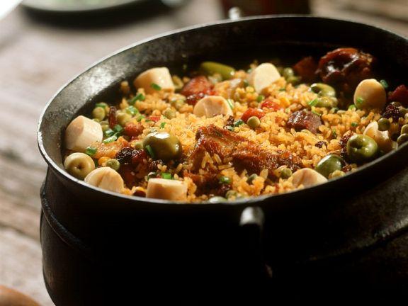 Deftige Reispfanne mit Fleisch und Oliven