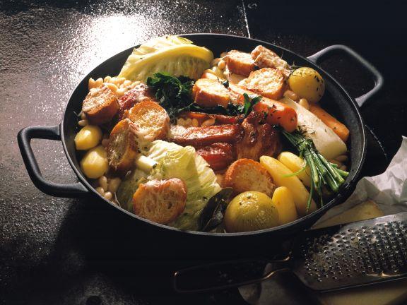 Deftiger Kohl-Kartoffel-Topf mit Käse-Crostini
