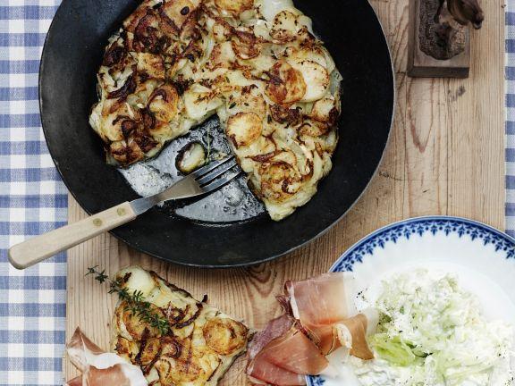 Deftiges Rösti mit Fenchel und Tiroler Speck dazu Gurkensalat