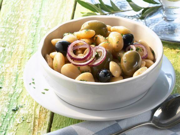 Dicker Bohnensalat mit Oliven und Zwiebeln