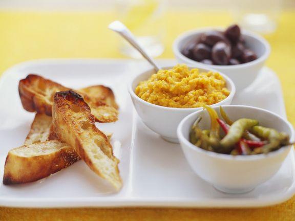 Dip mit Kürbis, Chili und Oliven mit Röstbrot