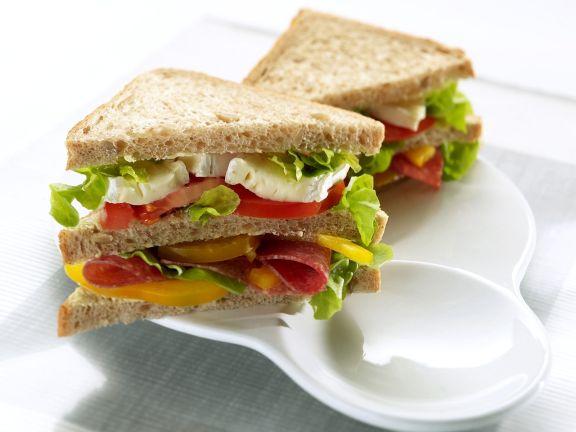 Doppel-Sandwich mit Salami, Käse und Salat
