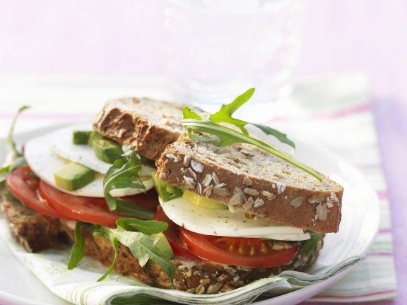 Doppeldecker mit Tomaten, Mozzarella, Avocado und Rucola