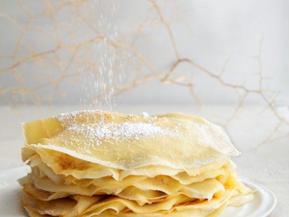Dünne Pfannkuchen mit Puderzucker
