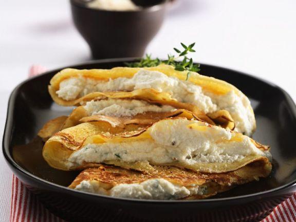 Dünne Pfannkuchen mit Ricotta-Kräuter-Creme