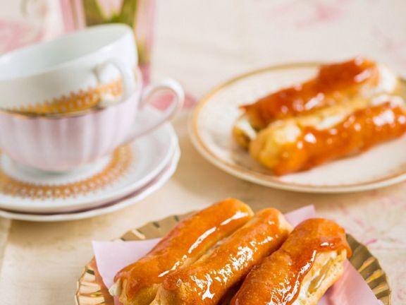 Eclairs mit Kaffeecreme und Karamel