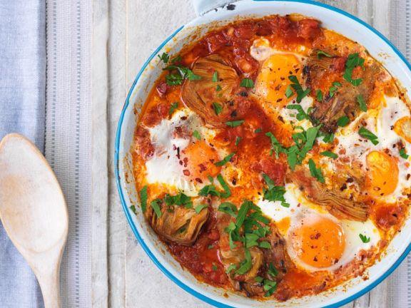Eier auf Tomaten-Artischocken-Gemüse