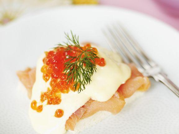 Eier Benedikt mit geräuchertem Lachs und Ketakaviar