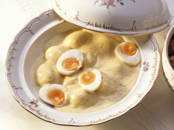 Eier in cremiger Senfsoße