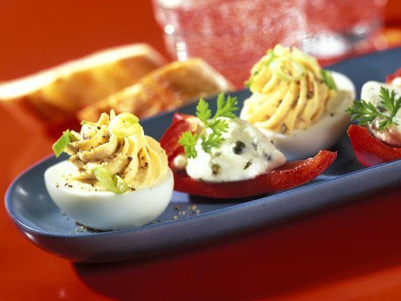 Eier mit Füllung und Paprikaschiffchen mit Käsefüllung