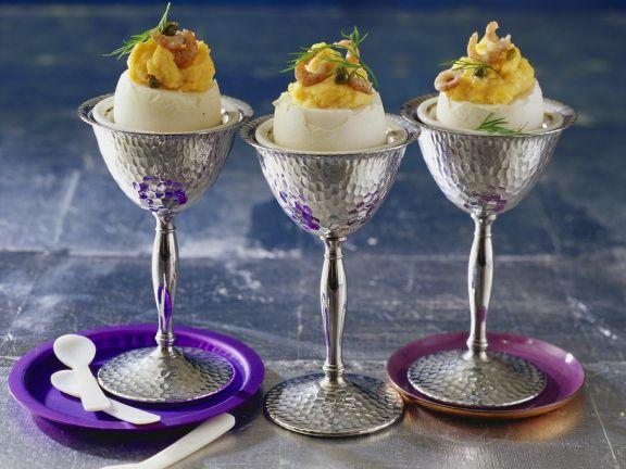 Eier mit Mayonnaise-Creme-Füllung und Krabben