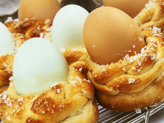 Eierbecher aus Hefeteig
