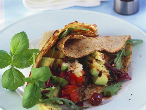 Eierkuchen mit Avocado-Tomaten-Salat