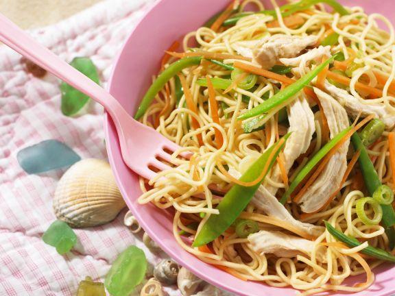 Eiernudeln mit Hähnchen und Gemüse auf vietnamesische Art