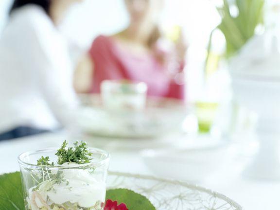 Eiersalat im Glas mit Kresse und gekochtem Schinken
