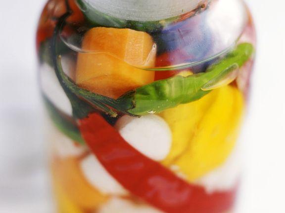 Eingelegtes buntes Gemüse