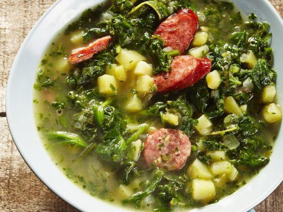 Eintopf mit Grünkohl, Kartoffeln und Würsten