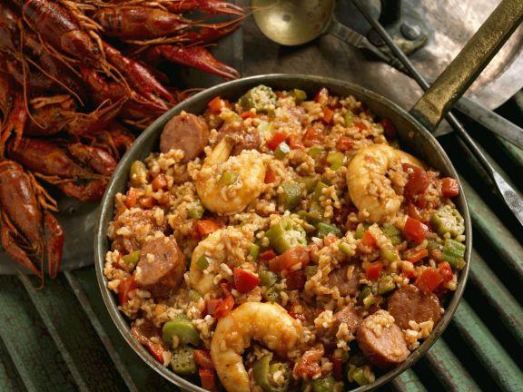 Eintopf mit Shrimps, Wurst und Flusskrebsen aus der Südstaatenküche (Gumbo)