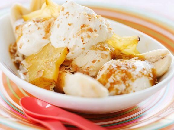 Eis mit Karamellsauce und Früchten