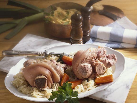 Eisbein mit Sauerkraut, Karotten und grünem Püree