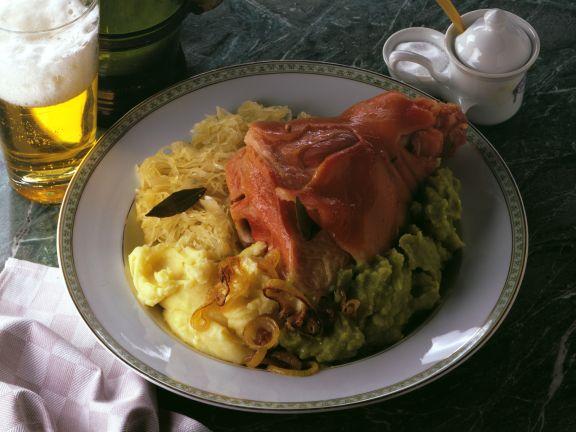 Eisbein mit Sauerkraut und Erbsenpüree
