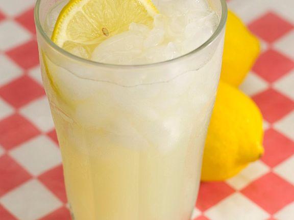 Eisgekühlte Limo mit Zitronenscheibe