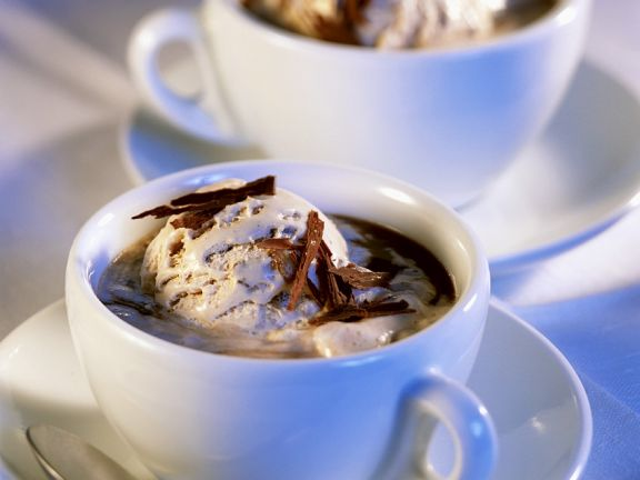 Eiskaffee mit Mokka und Nusseis
